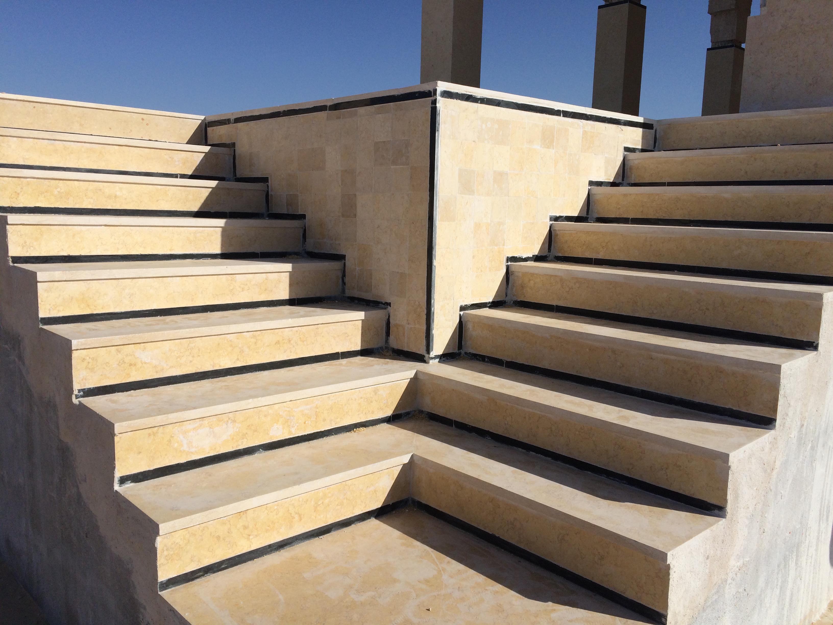 l'un des jeux d'escaliers aux 4 coins du bassin